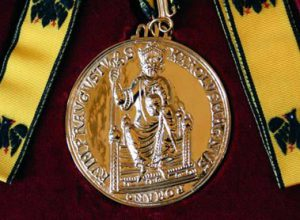 Medaille_Karlspreis-web_151223_karlspreis