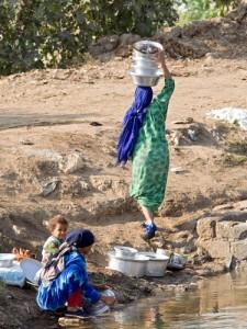 Wasser holen - zumeist die Arbeit von Frauen und Kindern ©MISEREOR e.V./ Abt. Afrika/Naher Osten