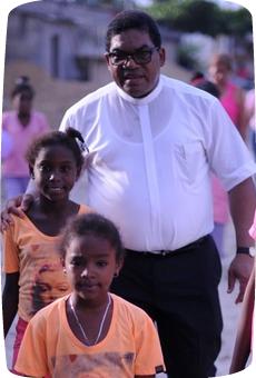 Für Padre Rafael Martín Castillo aus Kolumbien beginnt Frieden im Kleinen. Er koordiniert die Arbeit der Bewegung der Kleinen Christlichen Gemeinschaften, die einen gewaltfreien Gegenentwurf in dem vom Bürgerkrieg gezeichneten Land vorleben. Er wird vom 4.-14.12.2015 in Deutschland sein © Adveniat
