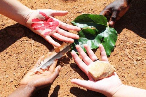 Die Hände als Symbol für die Erde mit ihren vier Himmelsrichtungen stehen für das weltweite Engagement der Missionare auf Zeit © MaZ Rückkehrer Koordinationsstelle missio